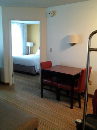 Residence Inn San Antonio Downtown/Alamo Plaza: Dining table and view of bedroom