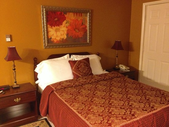 Vinehurst Inn & Suites: Queen Standard Room