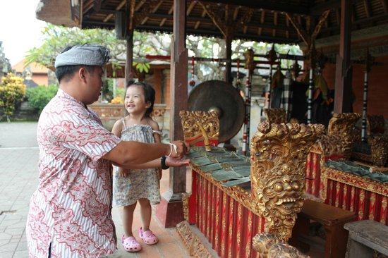 Agus Bali Private Tours: Agus and my daughter mingling very well.