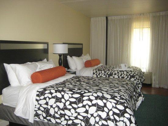 Hotel Indigo Atlanta Airport College Park: Loads of pillows!