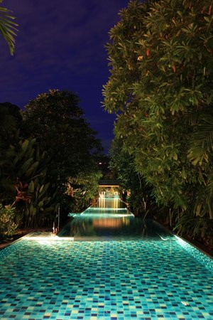 Metadee Resort and Villas: Pool river by night