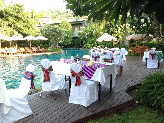 Metadee Resort and Villas: Dining by the pool
