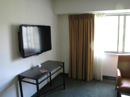 Washington Suites Alexandria: Flat screen in the living area and bedroom