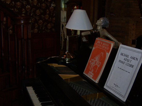 600 Main, A Bed & Breakfast and Victorian Tea Room: Piano