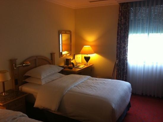 Sheraton München Airport Hotel: Zimmer 131 - Untergeschoss gleich beim Wellnessbereich