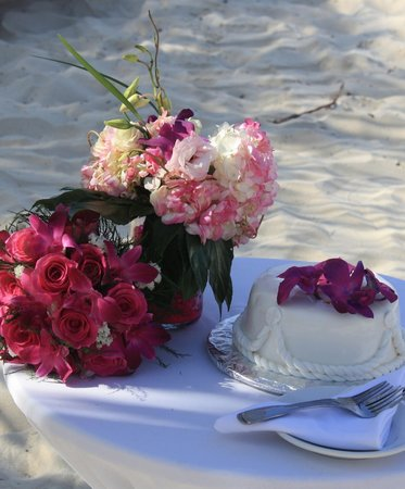 Wyndham Reef Resort: wedding cake and flowers supplied by the Reef
