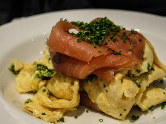 Browns Bar & Cafe: Smoked Salmon and scrambled eggs
