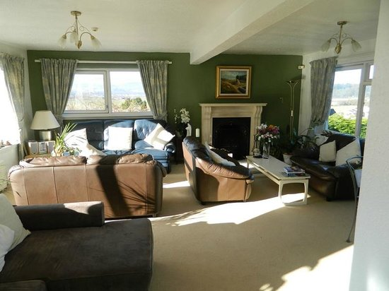 Castlecroft: Lovely large parlour with fireplace and views
