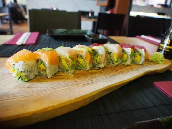 inari sushi bar: Fresh & Delicious Dragon Roll