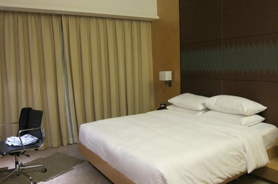 Hyatt Regency Hong Kong Sha Tin: big spacious bed and room