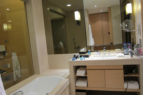 Hyatt Regency Hong Kong Sha Tin: Clean modern bathroom