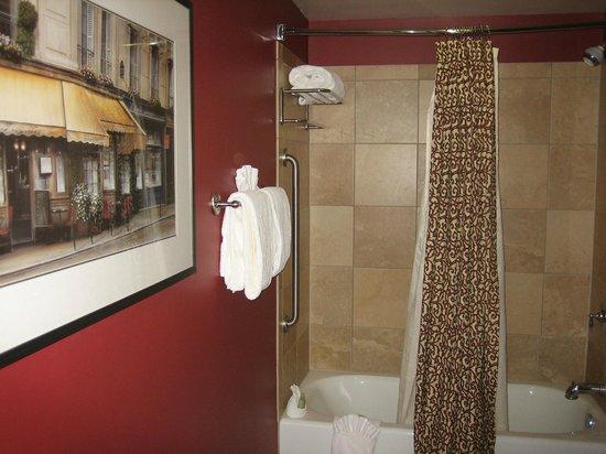 Clarion Collection Hotel Arlington Court Suites: Bathroom