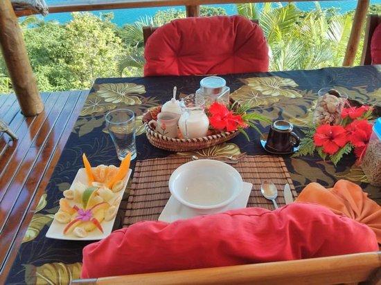 Naveria Heights Lodge: Breakfast on the balcony. I loved it!