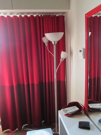 Bally's Atlantic City: Light and only working surface in room