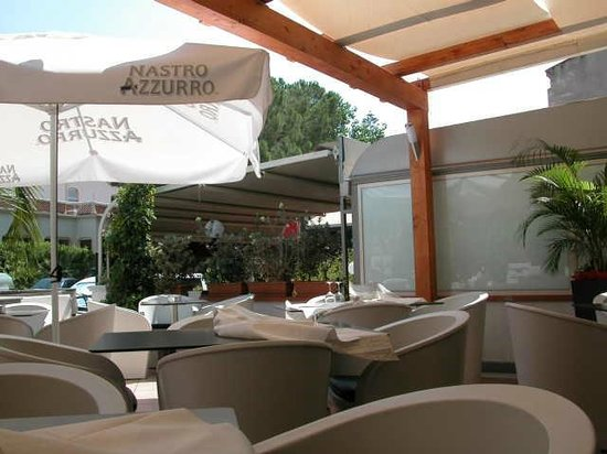 La Tortuga Ristopub : The terrace with seats and tables
