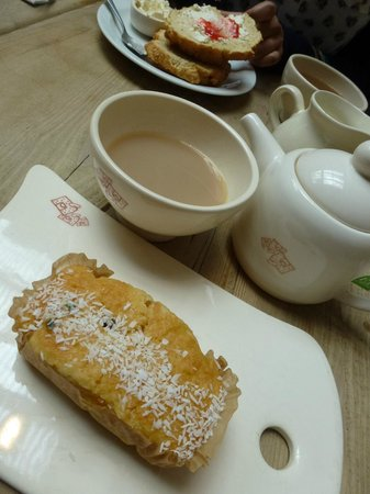 Le Pain Quotidien : boring and miserable cake and so-called belgian brekkie tea