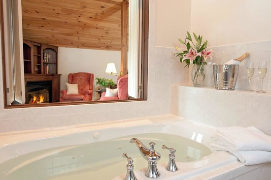 Stonecroft Country Inn: Master Suite Bathroom