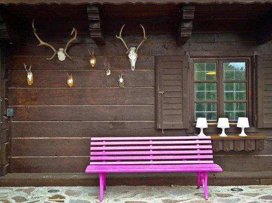 Art-Lodge in den Nockbergen: die pinke Bank