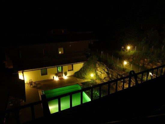Art-Lodge in den Nockbergen: pool bei Nacht