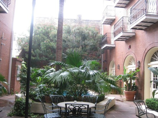 Hotel St. Marie: The courtyard...pool behind plants