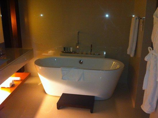 JW Marriott Marquis Hotel Dubai: Bath :)