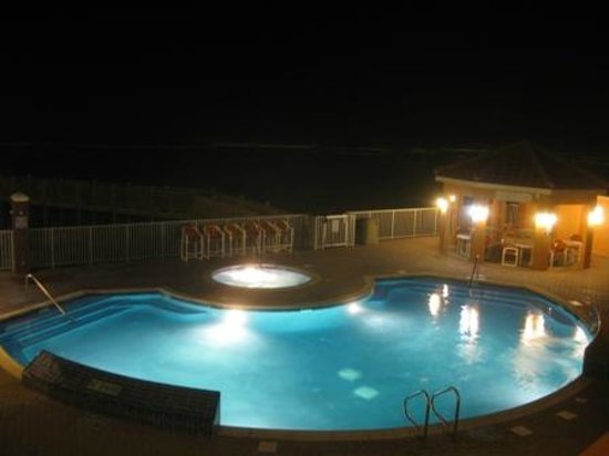 La Copa Inn Beach Hotel: Pool lit up at night.