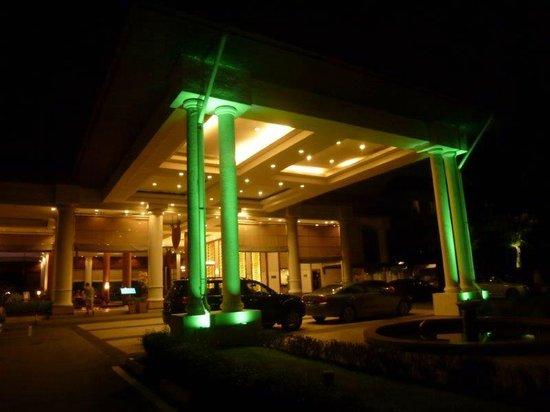 Holiday Inn Kuala Lumpur Glenmarie: hotel entrance by night