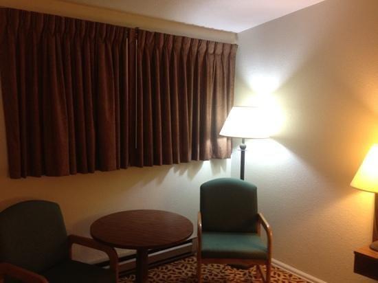 The Western Inn Motel & RV Park: sitting area