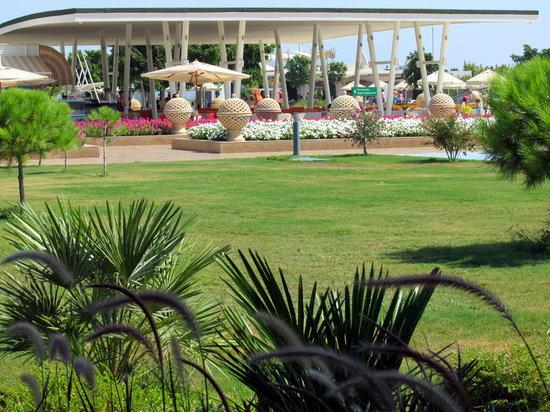 Hilton Dalaman Sarigerme Resort & Spa: Restaurant by the pool
