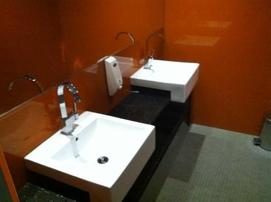 Tattva Design Hostel: bellissimo lo specchio a tutta parete
