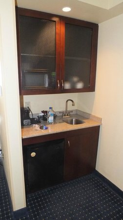 SpringHill Suites Norfolk Old Dominion University: Sink area