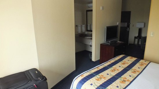SpringHill Suites Norfolk Old Dominion University: From the corner of the room to bathroom