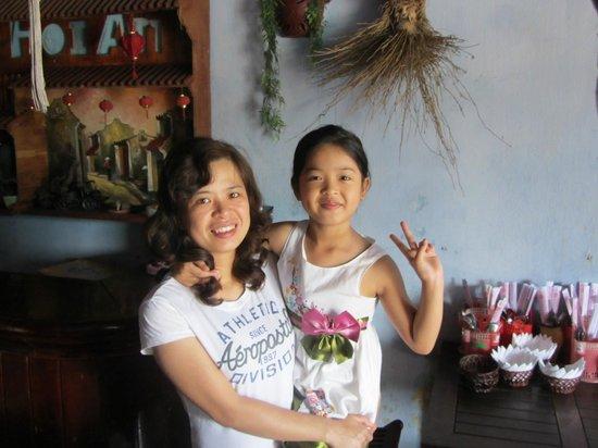 Phon Cafe: La gentille propriétaire et sa jolie fillette