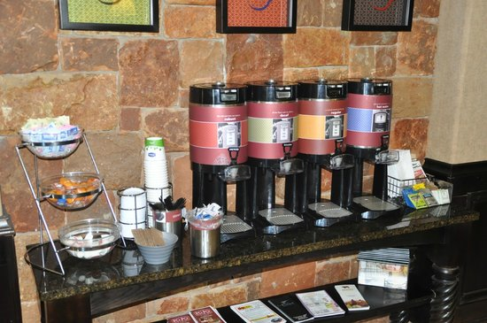 Hampton Inn and Suites Boerne: Coffee in lobby always available