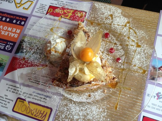 La Terrasse: dessert of the day: pear crumble with a scoop of vanilla