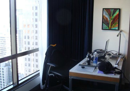 Hyatt Regency Vancouver: desk in the room