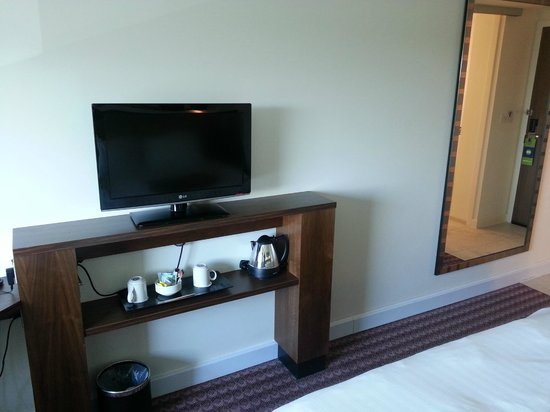 Hampton by Hilton Newport East: stand with tea/coffee facilities and modern tv