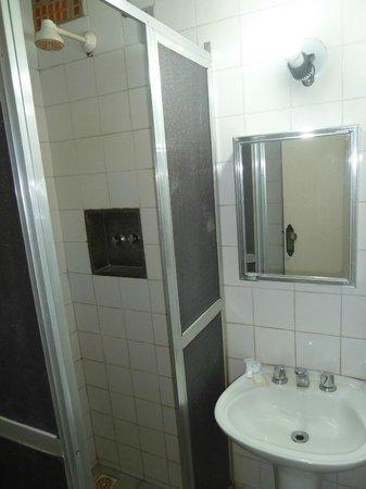 Hotel Colonial: rouille dans le lavabo et l'eau, champignon dans la salle de bain
