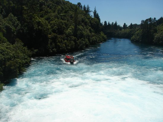 Huka Falls tracks: The boat approaches the falls