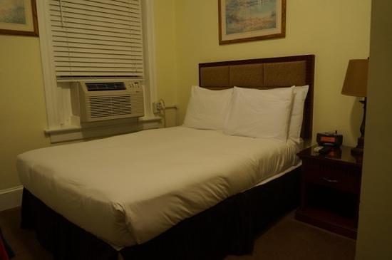 The Baron Hotel: klimaanlage neben dem Bett