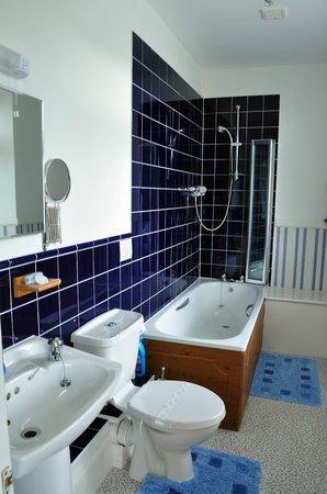 Cedar House: bathroom