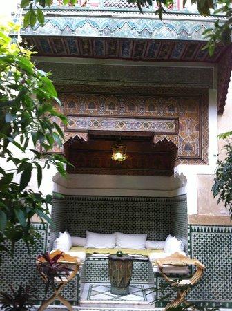 Riad Ravel: courtyard seating area