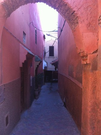 Riad Ravel: entrance from main walk way .... down the bottom and right , all well lit at night and peaceful