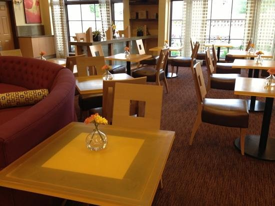 La Quinta Inn & Suites Alexandria Airport: lobby breakfast area