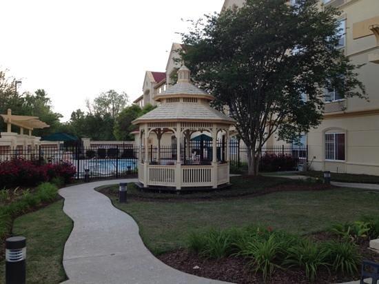 La Quinta Inn & Suites Alexandria Airport: one side of courtyard toward pool