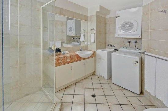 Raffles Mooloolaba: Second bathroom and laundry
