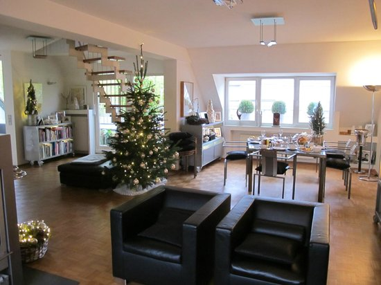 B & B Cologne Filzengraben: Breakfast Room Decorated for Christmas