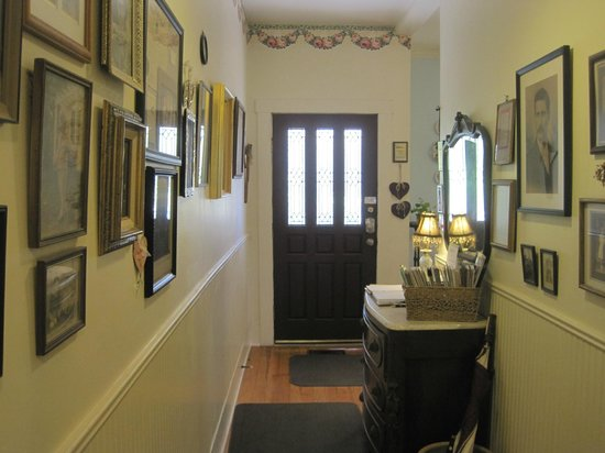 Brenham House Bed and Breakfast: Hallway