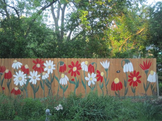 Brenham House Bed and Breakfast: Back Yard Art