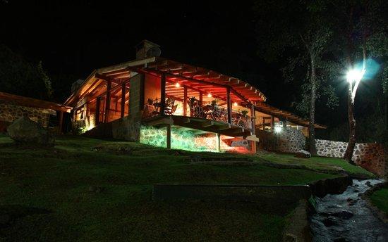 Cabanas El Estribo Hotel: Restaurante de noche